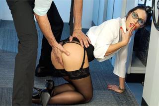 Pornokalendář DV 2.2 – Mladá koncipientka Nela si zašoustá v kanceláři