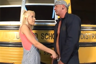 Pornokalendář DV 24.4 – Řidič školního autobusu Jiří píchá dívku