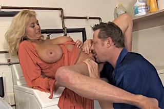 Pornokalendář DV 29.12 – Prsatá milfka Judita šuká s partnerem na pračce