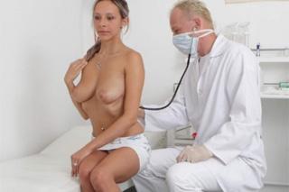 Pornokalendář DV 30.11 – Český gynekolog Ondřej a zadaná blondýnka