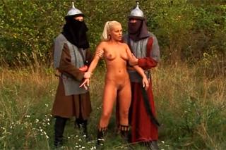 Pornokalendář DV (Barbora, 4.12.) – Středovécí válečníci ošukají zajatou šlechtičnu! (Nikki Sun)