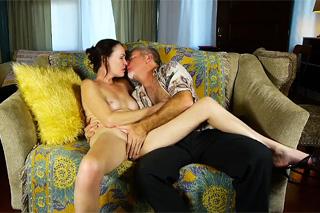 Pornokalendář DV (Evelína, 29.8.) – Starší pár si užívá na gauči