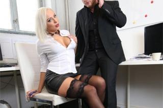 Pornokalendář DV (Izabela, 11.4.) – Sekretářka Lilli Vanilli šoustá s kolegou na pracovišti