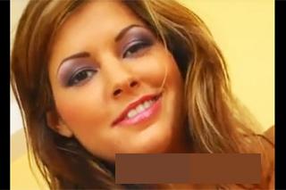 Pornokalendář DV (Jaroslava, 1.7.) – Svůdná brunetka masturbuje