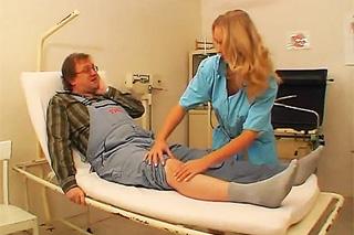 Pornokalendář DV (Klára, 12.8.) – Zraněný důchodce opíchá sestřičku doktora Rosenberga