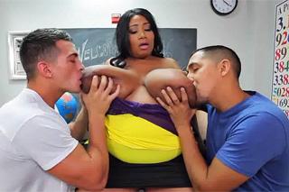 Pornokalendář DV (Pavla, 22.6.) – Tlustá černošská učitelka a dva studenti!