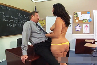 Pornokalendář DV (Vítězslav, 21.7.) – Tlustá studentka Vanessa Blake obslouží penis učitele
