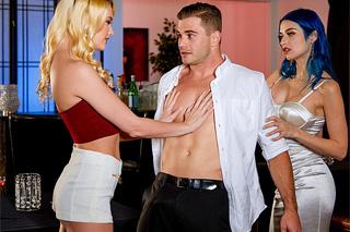 Porozchodový grupáč s číšnikem (Jewelz Blu, Kenna James a Nathan Bronson)