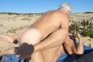 Postarší pár si bezostyšně zašuká na pláži u moře