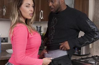 Prdelatá Victoria Summers šuká v kuchyni s matčiným černým milencem