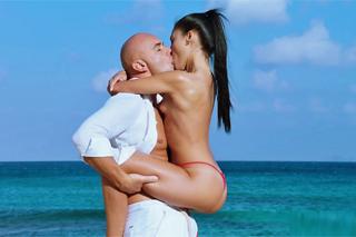 Překrásná Sugar Baby si užije sex s plešatým milencem na pláži u moře