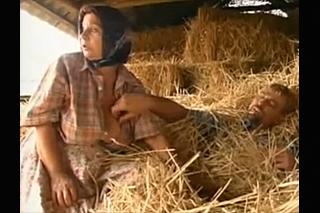 Překvapená farmářka ošoustá neznámého muže na seně ve stodole