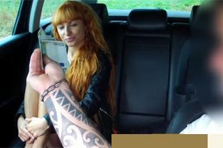 Přitažlivá zrzka se před sexem s taxikářem načne sama na zadním sedadle