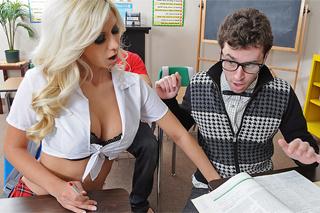 Problémová školačka si zasouloží s třídním šprtem! (Jazy Berlin a James Dee)