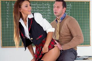 Profesor Nick Lang šuká se studentkou Alexis Brill před tabulí