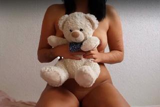 Prsatá lolitka s medvídkem se krásně udělá!