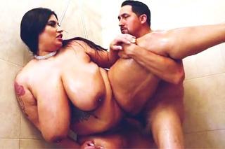 Prsatou baculku vyruší manžel při masturbaci ve sprše! (Sofia Rose a Juan Largo)