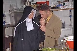 Řádová sestra podlehne análním návrhům civilního zaměstnance kláštera