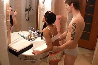 Ranní hygienu přeruší anální styk na podlaze koupelny