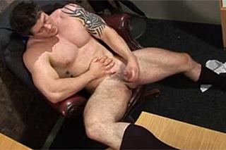 Realitní agent Sam Lloyd onanuje v kanceláři – gay porno