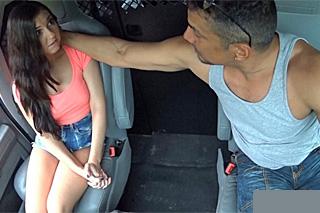 Řidič přinutí k drsnému sexu ztracenou stopařku (Brittany Shae)