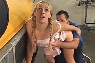 Řidič školního autobusu píchá v garáži studentku
