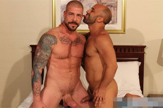 Rocco Steele a Igor Lucas šukají v postýlce – gay porno