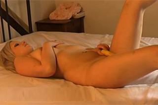 Rozkošná blondýnka dovádí s banánem – české porno