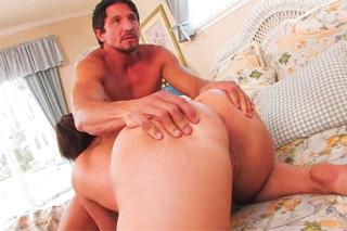 Roztleskávačka si vrzne s nevlastním otcem (Ava Adams a Tommy Gunn)