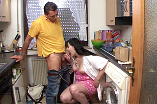 Divorced lady fucks with a courier in a kitchen!