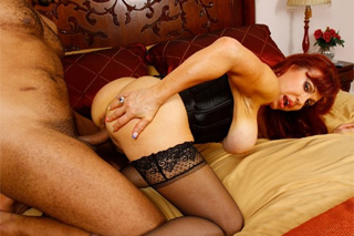 Rudovlasá argentinská služka Sexy Vanessa a obří černý úd!
