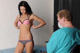 Ruská dívka Masha se nechá vyprstit svůdným gynekologem!