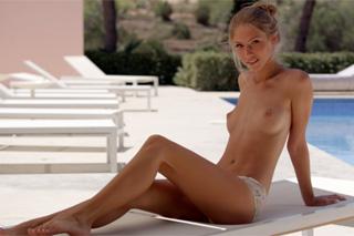 Ruská lolitka Krystal Boyd si hladí kundičku u bazénu