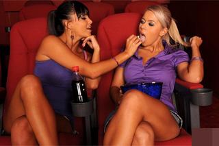Sasha Cane s lesbickou milenkou v kině