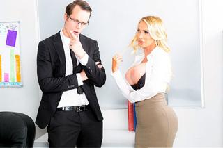 Šéf Justin Hunt šuká prsatou kolegyni Nikki Benz