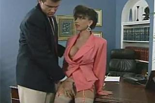 Sekretářka Sarah Young ošoustá bosse Jona Dougha – vintage porno