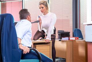 Sekretářka Sienna Day si vrzne se svým šéfem