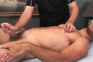 Seth Sweet prožije handjob s masérem – gay porno