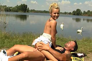 Sex u rybníku s usměvavou německou blondýnkou!