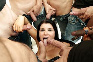 Sexbomba Romi Rain kouří deset mužů!
