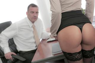 Sexkretářka Alexis Brill pečuje o svého šéfa i v úředních hodinách