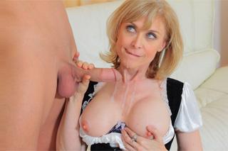 Sexuchtivý muž opíchá starší služku za peníze! (Nina Hartley)