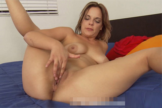 Sexy třicítka Holly Henderson v postelové masturbaci