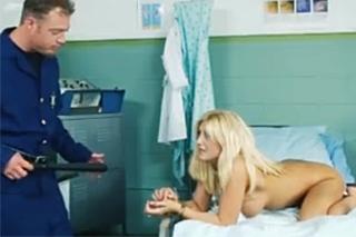 Simulantka je tvrdě trestána do zadku ve vezeňské nemocnici