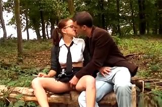 Školačka análně prcá v lese se ženatým sousedem!