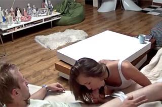 Skrytá kamera odhalí nevěru dívky na pohovce
