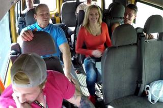 Skupina sportovců oprcá vdanou ženu v minibuse – český gang bang