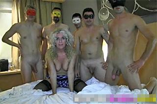 Španělský gang bang, aneb kudrnatá milf a pět penisů
