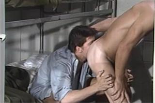 Spoluvězni šoustají v cele – gay porno