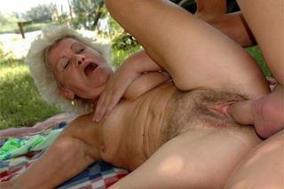 Starou osamělou farmářku potěší nadržený dělník!